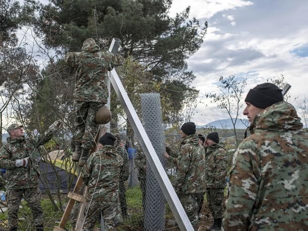 Unidades do exército da Macedônia começaram a erguer neste sábado (28)  uma cerca de quatro quilômetros de extensão na fronteira com a Grécia a fim de prevenir o cruzamento ilegal de refugiados e migrantes (Foto: Robert Atanasovski/AFP)