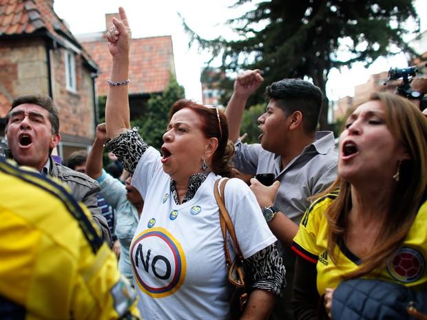 """Colombianos contrários ao acordo de paz do governo com as Farc comemoram vitória do """"não"""" ao plebiscito  (Foto: Ariana Cubillos/AP)"""