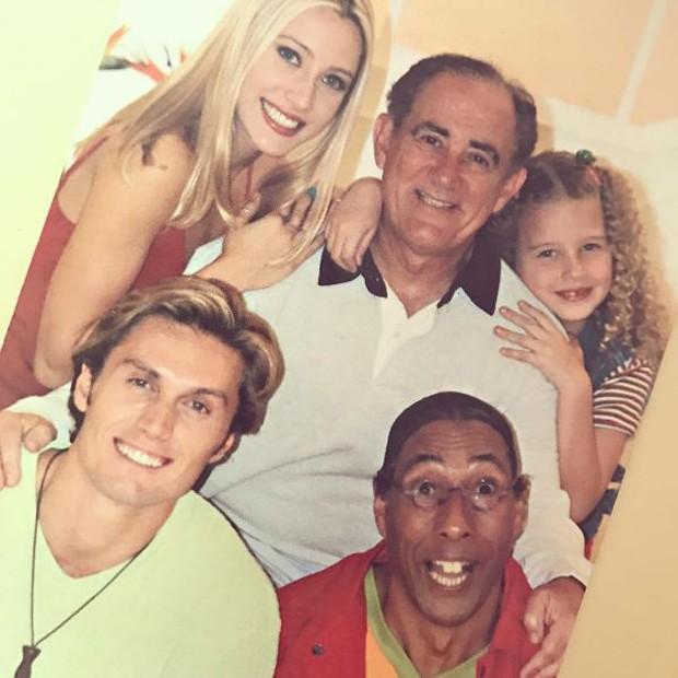 Debby Lagranha ao lado de Renato Aragão e o elenco de A Turma do Didi (Foto: Reprodução/Instagram)