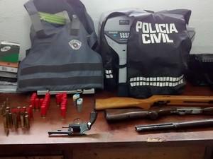 Armas apreendidas com o adolescente em Igaratá. (Foto: Divulgação/Polícia Civil)