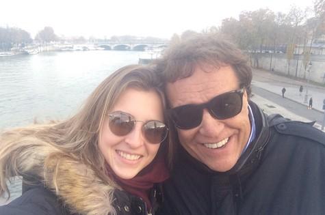 Dennis com a filha Luiza em Paris (Foto: Arquivo pessoal)