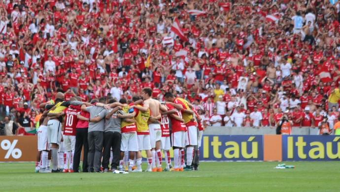 Jogadores do Inter comemoram vitória sobre o Grêmio no centro do gramado (Foto: Diego Guichard/GloboEsporte.com)