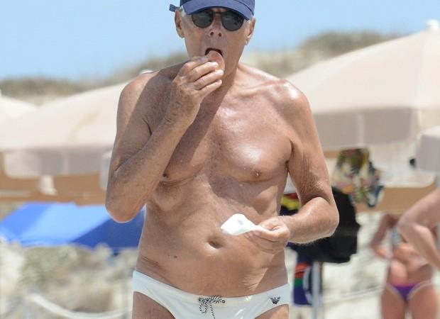 Aos 83, Giorgio Armani curte praia de sunga branca e faz lanchinho