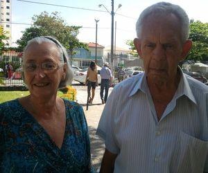 Casados há 52 anos idosos votam juntos em colégio na Z. Sul de Aracaju (Foto: Marina Fontenele/G1 SE)