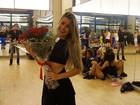 Mayara Araújo é surpreendida por namorado com buquê de flores