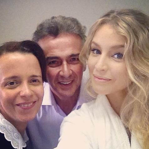 Dani Barros, Hugo Esteves e Rhaisa Batista nos bastidores de 'Império' (Foto: Reprodução)