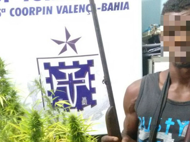 Jovem que cuidava da fazenda foi preso em flagrante durante operação na Bahia (Foto: Divulgação / Polícia Civil)