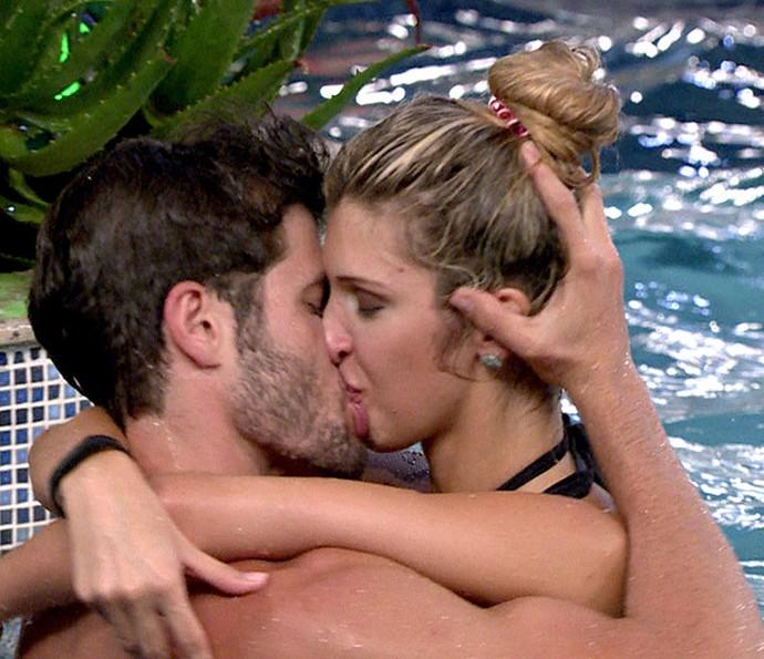 O casal se beijando na piscina do BBB (Foto: Tv Globo)