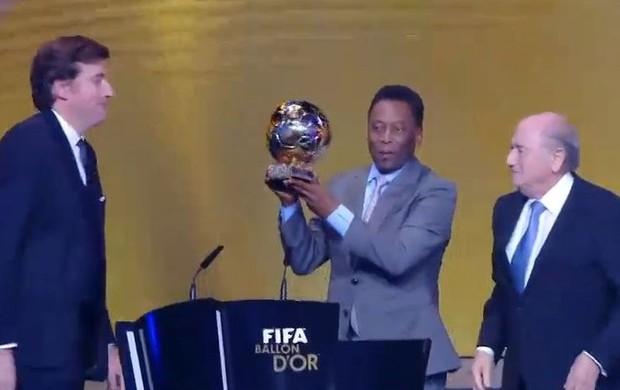 Pelé recebe a Bola de Ouro
