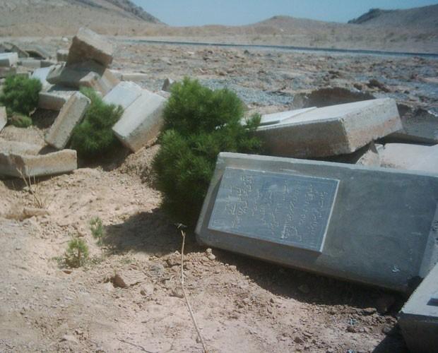 - Lápides são empilhadas depois de ataque a cemitério Bahá'í (Foto: The Bahá'í International Community)