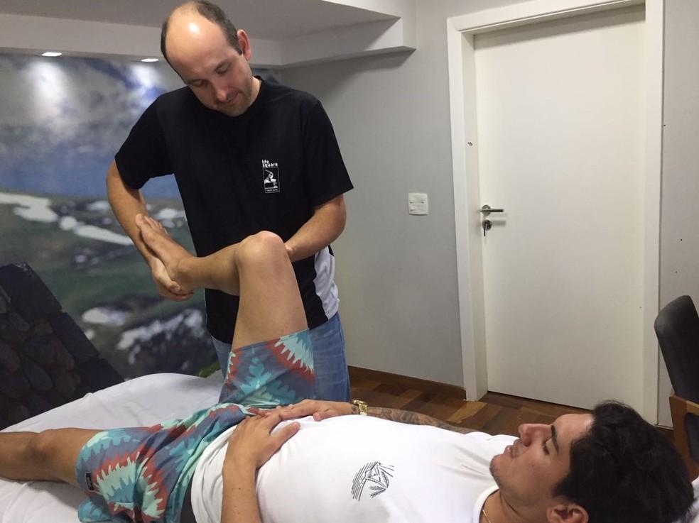 Gabriel Medina trata lesão com fisioterapia (Foto: Divulgação)
