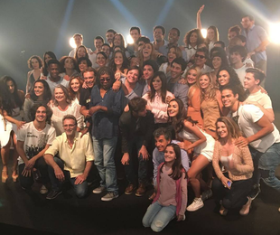 O elenco de 'Rock story' com Milton Nascimento, que gravou cenas do último capítulo | Reprodução Instagram