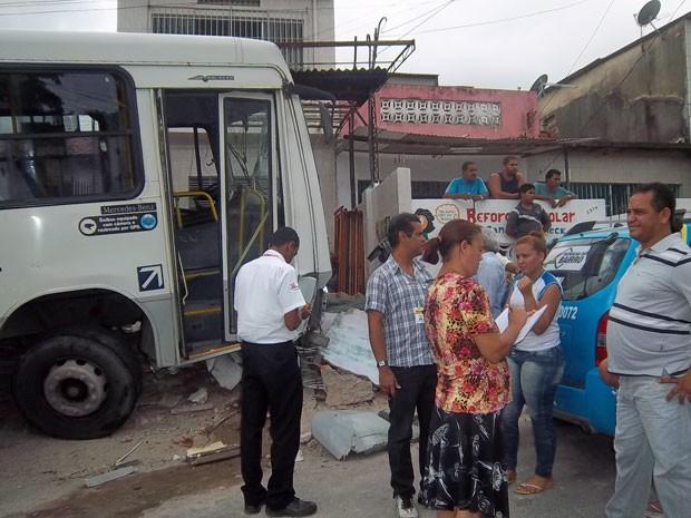Com o impacto da batida, um veículo Siena, estacionado no imóvel de número 5978, também foi danificado (Foto: Mercia Correia Silva de Andrade / Acervo Pessoal)