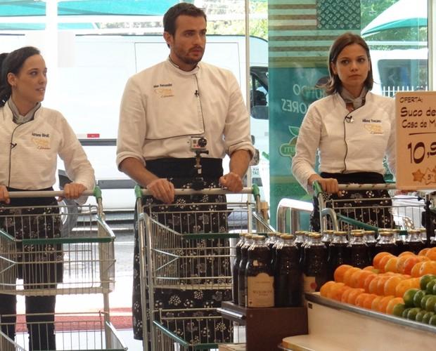 Famosos iniciam suas compras para a próxima prova. Eles tiveram 20 minutos para escolherem seus ingredientes. Quem será que escolheu melhor? (Foto: Mais Você/TV Globo)