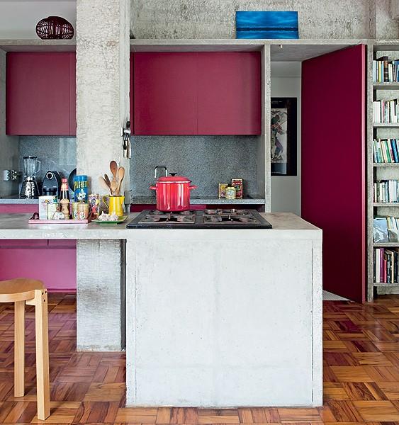 Adepto da arquitetura brutalista, o arquiteto Eduardo Chalabi fez bancada de concreto armado para a cozinha. Os armários são da cor vinho – tonalidade quente que contrasta com o cinza (Foto: Fran Parente/Casa e Jardim)