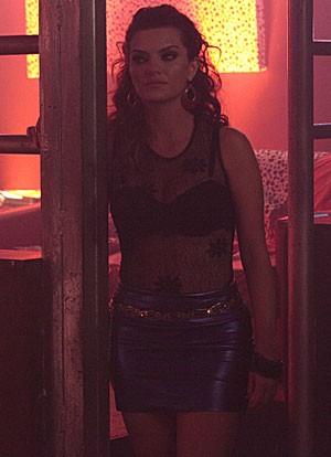 Amparo volta a trabalhar como prostituta (Foto: Amor Eterno Amor/TV Globo)