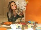 Geisy Arruda faz chá da tarde com o cãozinho Mike: 'Ele mudou minha vida'