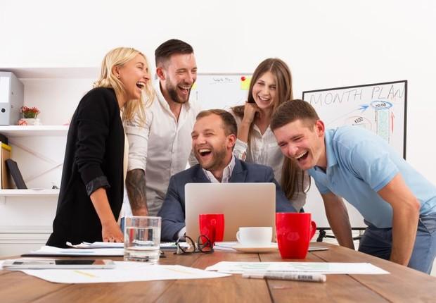 risada, humor, ambiente de trabalho, diversão, reunião, carreira, riso (Foto: ThinkStock)