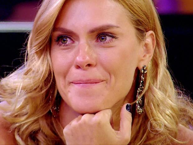 Atriz se emociona ao ouvir história (Foto: TV Globo)