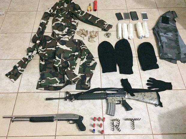 Cinco homens foram presos com armas, explosivos e até fardamento militar que seriam usados no crime (Foto: Assessoria/PM-MT)