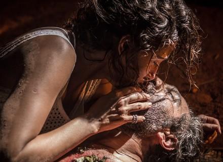 Santo 'volta' à vida após beijo de Tereza