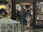 Fernanda Gentil passeia em shopping do Rio e acena para fotógrafos