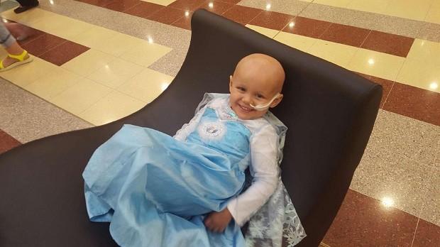 Millie com vestido inspirado na personagem Elsa (Foto: Reprodução Facebook)