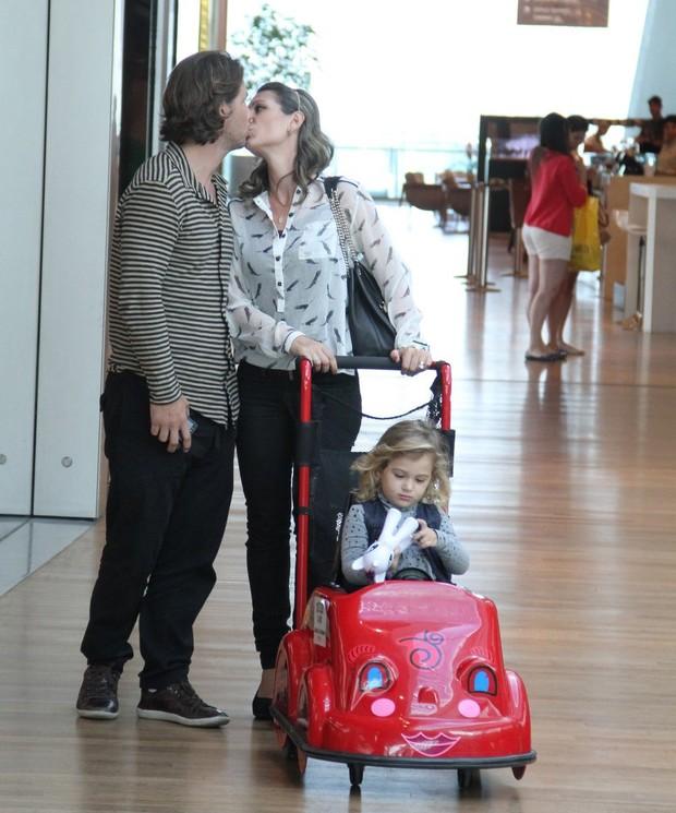 Mario Frias com a esposa e a filha (Foto: Marcus Pavão/Agnews)