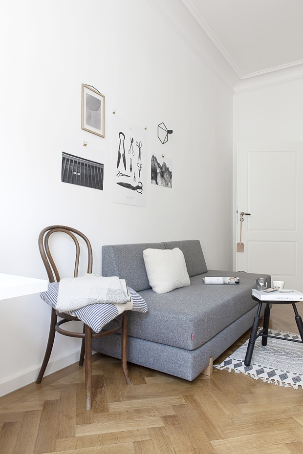 Com grandes espaços vazios e cores neutras, Sarah apostou no estilo escandinavo para decorar seu lar em Munique, na Alemanha (Foto: Sarah Van Peteghem/Divulgação )