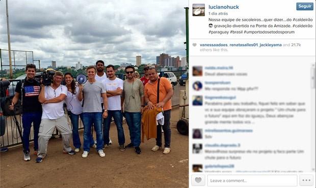 Luciano Huck passou pela Ponte da Amizade e tirou fotos com a equipe (Foto: Reprodução/Redes sociais)