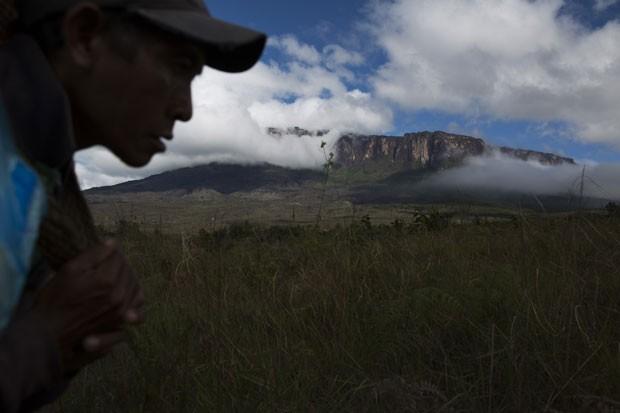 Membro do grupo indígena Pemon caminha no Monte Roraima (Foto: Carlos Garcia Rawlins/Reuters)