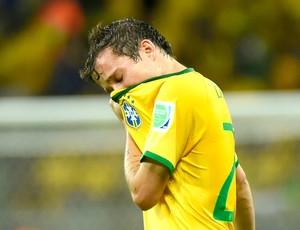 Bernard lamentando derrota Brasil x Alemanha (Foto: AFP)