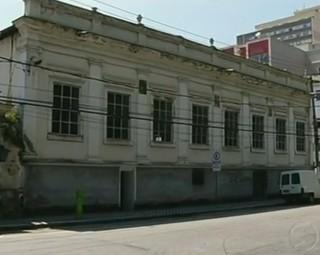 O prédio do Clube Municipal é o que está em pior estado (Foto: Reprodução RJTV 1ª Edição)