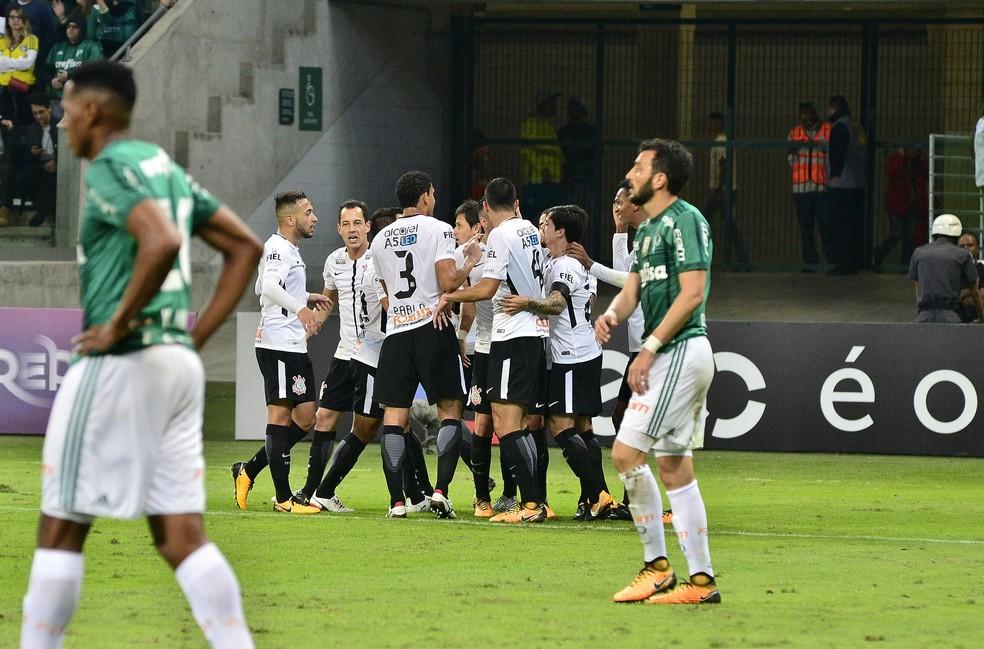 Jogadores do Corinthians festejam o gol de Guilherme Arana (Foto: Marcos Ribolli)