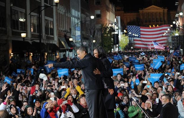 Barack Obama e a primeira-dama, Michelle, no último discurso da campanha em Iowa (Foto: Jewel Samad/AFP)