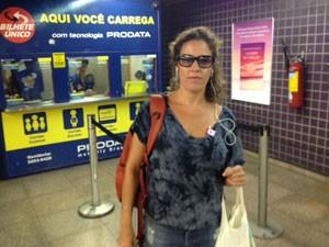 Ana Renata, que colocou R$ 90 de créditos nesta segunda (Foto: Márcio Pinho/G1)