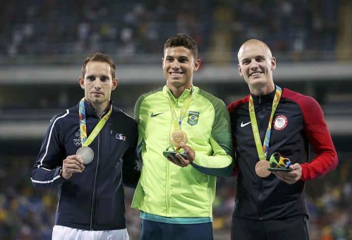 Lavillenie, Braz e o americano Sam Kendricks no pódio (Foto: Reuters)