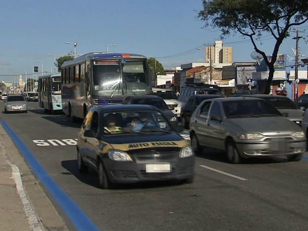 Motoristas desrespeitam faixa preferencial para ônibus em Fortaleza. (Foto: TV Verdes Mares/Reprodução)