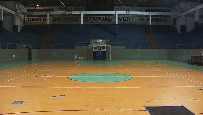 """Falhas no piso recebem  """"retoques"""" para que o atletas não se lesionem (Foto: Reprodução/Rede Amazônica no Amapá)"""