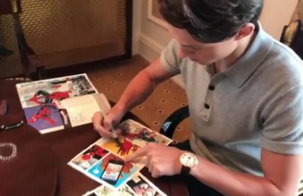 O ator Tom Holland autografando quadrinhos do Homem-Aranha (Foto: Instagram)