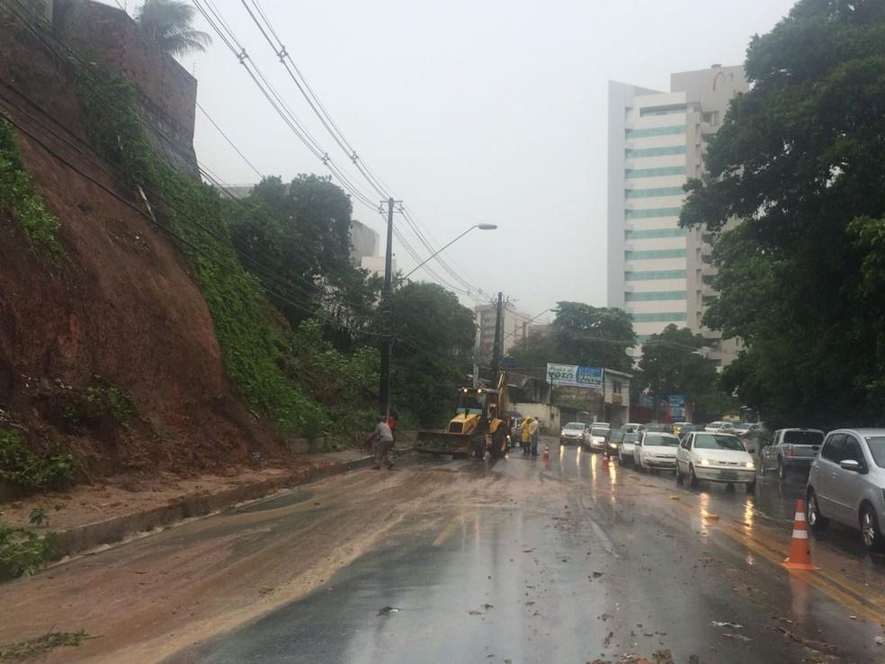 Deslizamentos interditaram parte do trânsito em avenidas de Maceió (Foto: Carolina Sanches/G1)