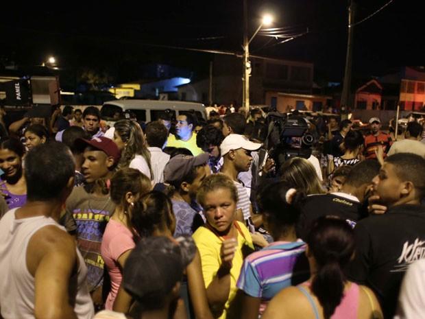 Curiosos se aglomeram na orla de Goiana à espera de informações (Foto: Flavio Alves/Futura Press)