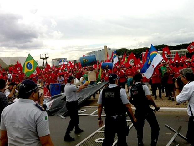 Manifestantes dp MST entram conflito com policiais militares na Esplanada dos Ministério, em Brasília  (Foto: Filipe Matoso/G1)