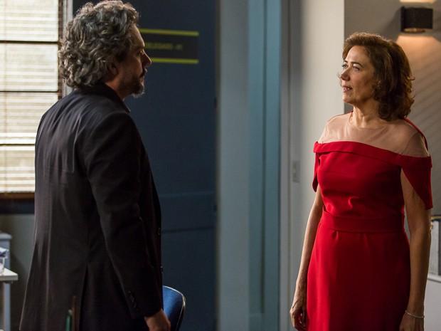 Marta chega na delegacia para falar com Zé e os dois, finalmente, ficam frente a frente (Foto: Artur Meninea/Gshow)