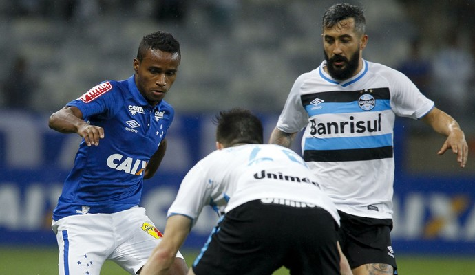 Élber, Cruzeiro, disputa bola com jogadores do Grêmio (Foto: Washington Alves/Light Press)