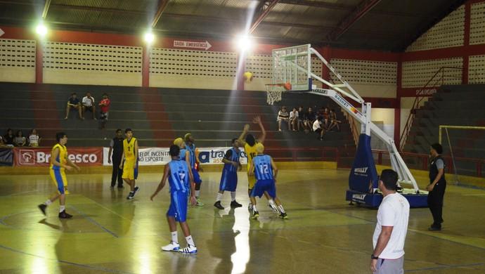 Lance do jogo entre Espírito Santo e Amapá, semifinal do Sub-15 de basquete 2ª divisão (Foto: Wellington Costa/GE-AP)