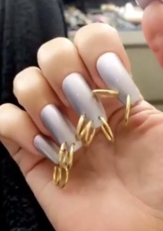 Kim Kardashian mostra unhas com piercings (Foto: Reprodução/Snapchat)
