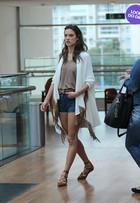 Look do dia: Alessandra Ambrósio usa short jeans em passeio no Rio