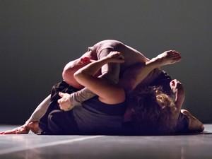 Dupla de bailarinos se reecontram em apresentação no Galpão Arthur Netto (Foto: Claudio Higa/Platô)