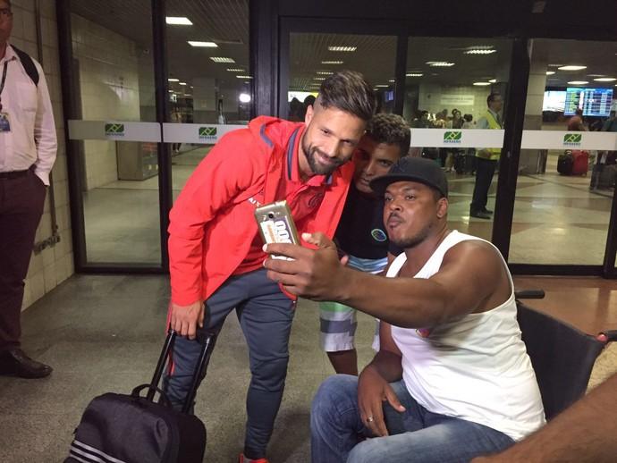 Diego tira selfie com torcedor no aeroporto de Salvador (Foto: Raphael Zarko/ Glboesporte.com)